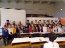 Wspólne zdjęcie dwudziestu zwycięzców i laureatów konkursu wraz z opiekunami, jury i Panią Dyrektor Biblioteki.