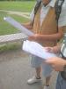 Dwie osoby trzymające fragmenty tekstu Balladyny.