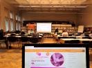 Uczestnicy warsztatów siedzą przy stolikach w Czytelni Biblioteki