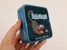 Pudełko gry Kotostrofa! trzymane w dłoni