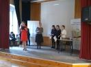 Na proscenium przewodnicząca jury i trzej finaliści wrocławskiego konkursu translatorskiego.