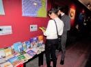 Kobieta i mężczyzna oglądają jedną z książek ze zbiorów Biblioteki na temat autyzmu.