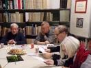 Prowadzący spotkanie Jacek Kowalski, dwóch mężczyzn i kobieta siedzą przy szerokim stole z jasnym blatem.