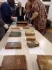 Uczestniczki spotkania podziwiają najcenniejsze starodruki i inkunabuły ze zbiorów Biblioteki.