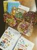 Na stoliku znajdują się trzy koszyczki ze słodkościami dla Przedszkolaków oraz upominki w postaci książeczek z dedykacjami dla małych Czytelników.