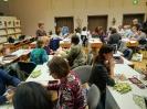 Grupa dwudziestukilku nauczycielek przy stolikach w Czytelni Głównej zapoznaje się z zasadami gry 'Kod Krakowa'.