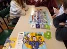 Czworo uczniów pochylonych nad planszą do gry samodzielnie rozgrywa turę.