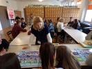 Panie z krakowskiego oddziału ZUS wyjaśniają uczniom zasady gry planszowej 'Specjalista ZUS'.