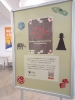 Stojący poster z plakatem i opisem wystawy