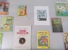 Gablota z książkami na temat przyrody i kartką z kodem QR z ciekawostkami przyrodniczymi