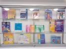 Wisząca gablota z podręcznikami do nauczania matematyki